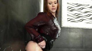 Buxom hottie gets bukkake